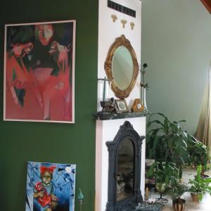 Pasją pani domu jest malarstwo. Dla jej prac znaleziono tymczasowe miejsce – obok  wiekowego, żeliwnego kominka. Fot. Tomek Markowski.