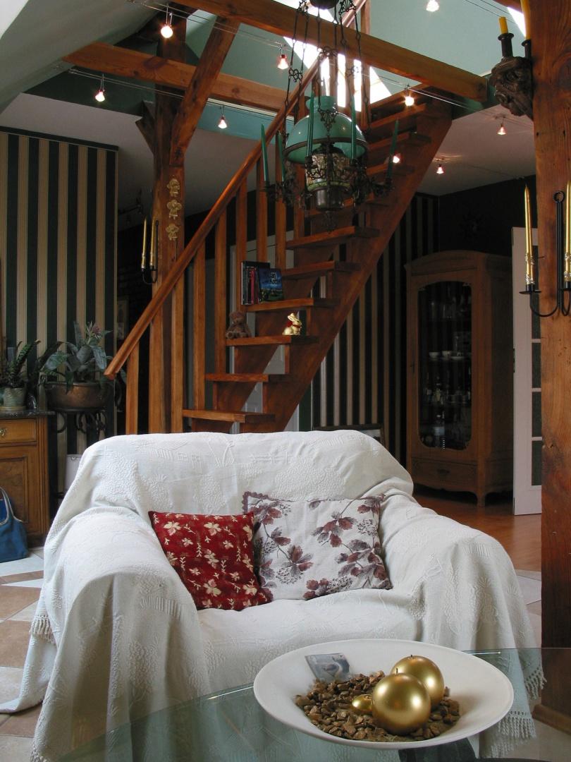Po ażurowych, drewnianych schodkach wchodzimy na antresolę, gdzie znajduje się  niewielki pokój sypialny. Obecnie pełni on rolę zapasowego pokoju gościnnego, dla tych maruderów, których nieoczekiwanie zastała tu późna noc. Fot. Tomek Markowski.