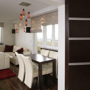 """Salon i część jadalniana są otwarte na kuchnię. Ponadto strefy te łączy konsekwentne zastosowanie jednorodnej """"czystej"""" stylistyki kolorystycznej: czekoladowo- kremowej. Fot. Bartosz Jarosz."""