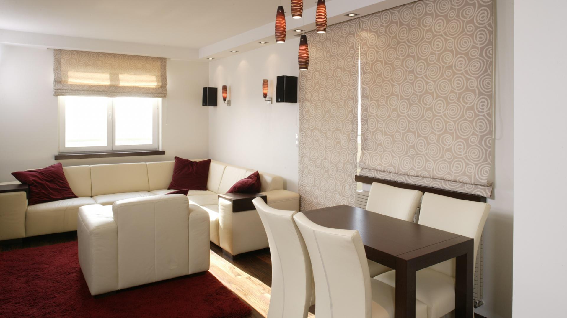 Komplet wypoczynkowy z jasnej skóry (Mebel Plast) doskonale prezentuje się w towarzystwie poduszek i dywanu w kolorze wina. Fot. Bartosz Jarosz.