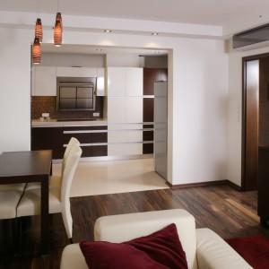 Salon z jadalnią oraz kuchnia to osobne pomieszczenia skomunikowane maksymalnie dużym przejściem. To nie tylko praktyczne rozwiązanie, ale też dodające przestrzeni i rozmachu. Fot. Bartosz Jarosz.
