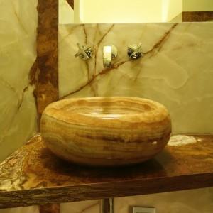 Oryginalne, równoległe ułożenie warstw jest charakterystyczne i dla onyksu, i trawertynu. Różne formy obróbki kamieniarskiej, zwłaszcza w strefie umywalkowej, uwypukliły ten atut. Fot. Bartosz Jarosz.