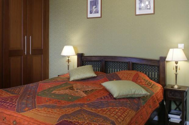 Jakże doskonałym pretekstem do tego, by stworzyć sypialnię ciepłą, lśniąca od miedzianych błyskotek i owianą tajemnicą odległych krain!