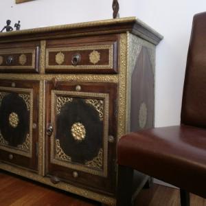 Bardzo orientalny mebel. Bogato zdobiona okuciami komoda zajmuje mocną  pozycję w sypialni. Jej wygląd zobowiązuje całą resztę wyposażenia... do równie efektownego wyglądu. Fot. Monika Filipiuk.