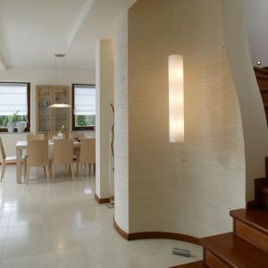 Ważną rolę w budowaniu nastroju ciepła i przytulności ogrywa oświetlenie, które ma wiele źródeł w prezentowanym salonie. Fot. Marcin Łukaszewicz.