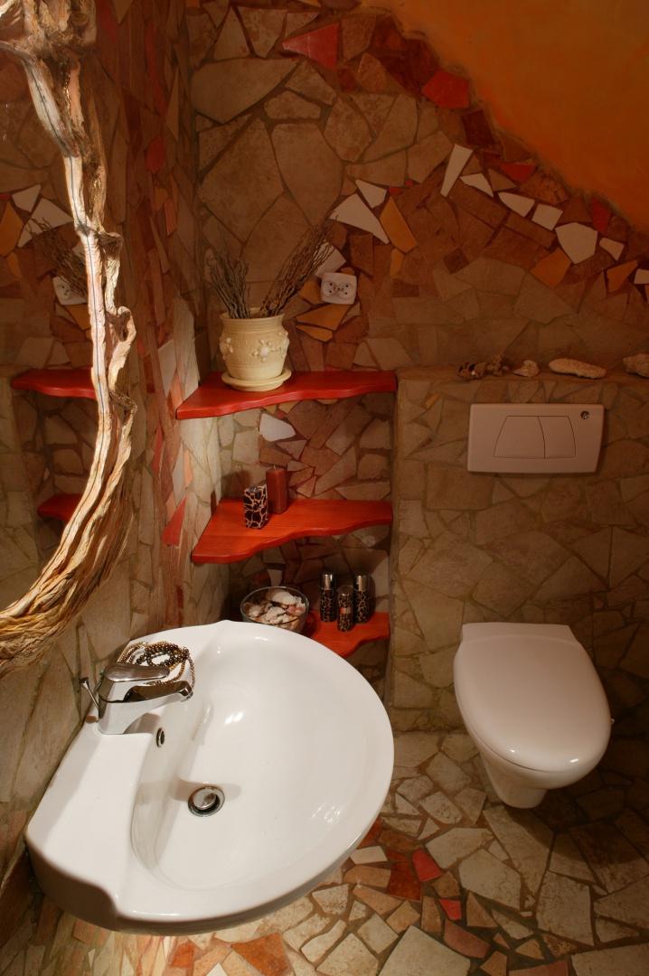 Kolorystyka gościnnej toalety emanuje południowym ciepłem. Niewyszukane linie umywalki, sedesu czy przycisku spłuczki nabierają w tej scenerii artystycznego wymiaru. Fot. Tomek Markowski.
