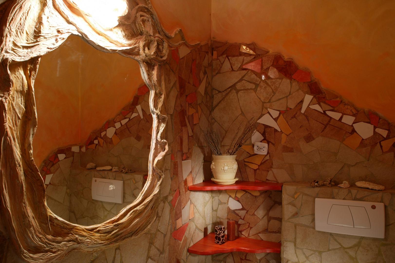 Lustro nad umywalką jest wykonane z tkaniny usztywnionej gipsem, a następnie zaimpregnowanej i pomalowanej. W zwoje na górze wmontowano lampkę. Fot. Tomek Markowski.