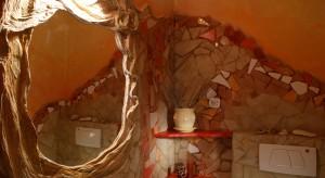W toalecie dla gości rozpanoszyła się fantazja, a każdy przedmiot otrzymał sygnaturę manufaktury. Jak w cudownej baśni za siedmioma górami, czuć tutaj gorące słońce, temperament południa i zapach płatków kwiatów, a po uchyleniu drzwi – k