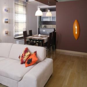 Strefę jadalni umownie wydziela od salonu podwieszany sufit, w którym zainstalowano dwie lampy wiszące. Fot. Monika Filipiuk.