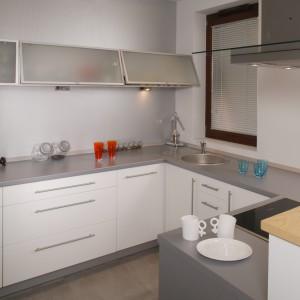 Meble kuchenne (Black Red White) z lakierowanej płyty mdf dodają niewielkiej kuchni przestronności. Monika Filipiuk.