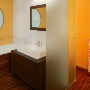 Strefy umownie wydziela rozgraniczenie widoczne na podłodze: w łazience i ubikacji drewno, w sypialni miękka czekoladowa wykładzina (Komfort). Monika Filipiuk.