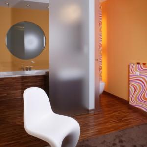 Łazienkę i toaletę oddziela od sypialni jedno skrzydło przesuwanych drzwi ze szkła mlecznego. Monika Filipiuk.