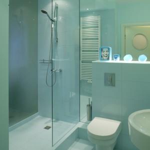 Łazienka jest wyjątkowo słodka. A to za sprawą połyskliwych płytek z motywem błękitnych kółek (Atlas Concorde, kolekcja Glamour) oraz dekoracyjnych dodatków z pleksi, również w niebieskich odcieniach. Monika Filipiuk.