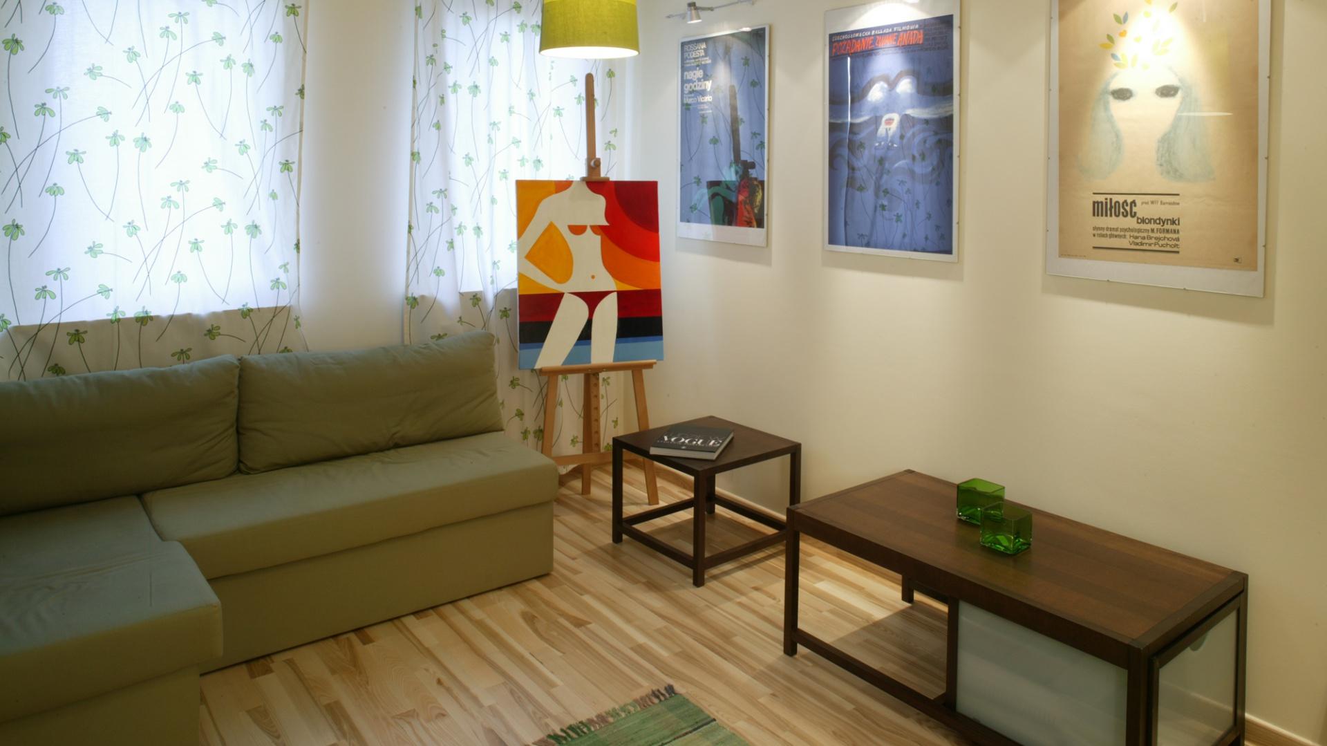 Pokój gościnny odcina się kolorystycznie od reszty mieszkania. Zieleń wprowadza spokój i naturalną aurę. Jednak fashion-art wkrada się także i tutaj. Monika Filipiuk.