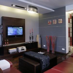 Paleta barw, zastosowanych w salonie, konsekwentnie pojawia się w całym mieszkaniu. To różne odcienie szarości, czerwień, czerń i biel. Fot. Monika Filipiuk.