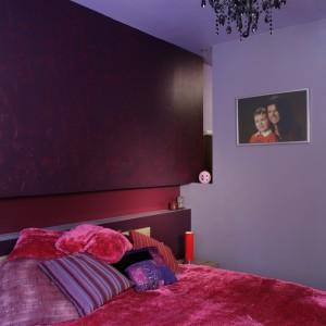 Kobieca i pełna uroku sypialnia, to nawiązanie do stylu glamour, czego dowodzi nie tylko jej kolorystyka, ale także specjalnie dobrane tkaniny czy bardzo ozdobny, barokowy żyrandol. Fot. Bartosz Jarosz.