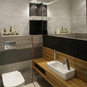 Toaleta, choć jest odrębnym pomieszczeniem, stanowi kontynuację wystroju łazienki. Jedyne, czego nie było w salonie kąpielowym, to... kaktusy. Fot. Monika Filipiuk.