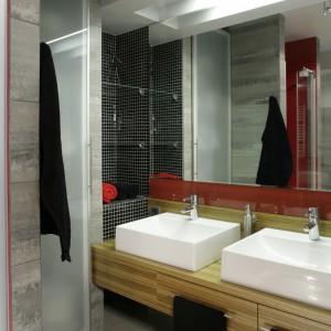 Na całej wysokości ściany, tuż obok umywalek, wspina się wnękowa szafka. Fot. Monika Filipiuk.