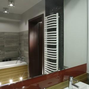 """W łazience zostały użyte dokładnie takie same materiały, jak w ubikacji: imitujące tafle betonu płytki na ścianach, gres na podłodze, czarna mozaika. """"Nowością"""" są czerwone płytki, którymi wyłożono kabinę prysznicową (kabina Hüppe, panel Poolspa). Fot. Monika Filipiuk."""