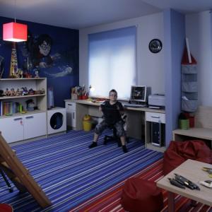 Wnętrze powstało w wyniku połączenia dwóch wcześniej istniejących pokoi, co stworzyło całkiem sporą, idealną przestrzeń dla dorastającego chłopca. Fot. Monika Filipiuk.