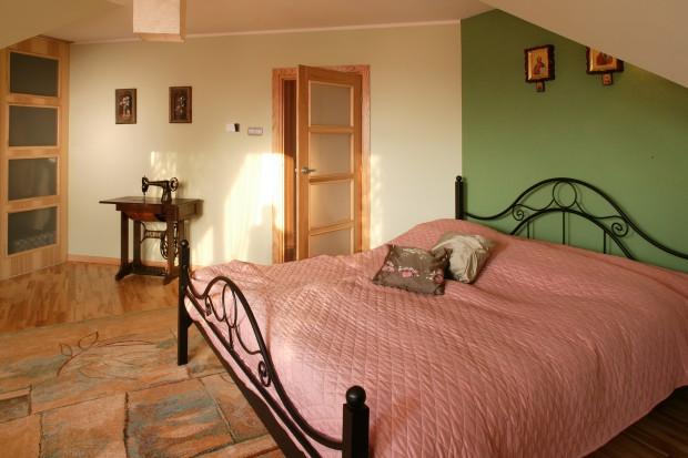 Kute łóżko: idealne do sypialni w stylu retro
