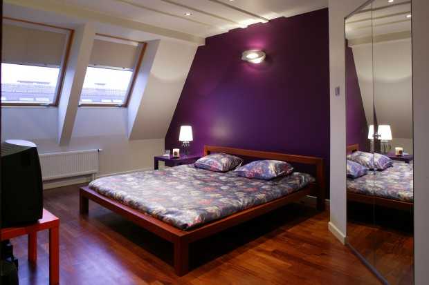 Sypialnia na poddaszu: kolor doda jej charakteru