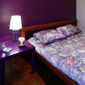 Umieszczona na poddaszu sypialnia, pomimo zastosowania dość niekonwencjonalnych, jak do tego typu wnętrz kolorów, jest pomieszczeniem bardzo przytulnym. Dużo ciepła daje ciemna podłoga z egzotycznego drewna iroko.  Fot. Tomasz Markowski.