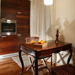 Prezentowana kuchnia jest częścią stylowego apartamentu. Mimo to miała być nowoczesna. Do płynnego połączenia obu stylistyk wykorzystano drewno, materiał idealnie sprawdzający się w różnego rodzaju wnętrzach. Fot. Tomasz Markowski.