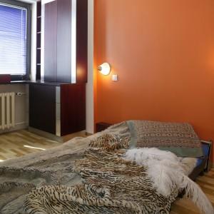 Umieszczone w centrum sypialni łóżko, po rozłożeniu zajmuje jej większą część, dlatego pomysł na jego składanie był jak najbardziej na miejscu. Dzięki temu można wnętrze w łatwy sposób zmienić w dodatkowy pokój. Fot. Marcin Łukaszewicz.