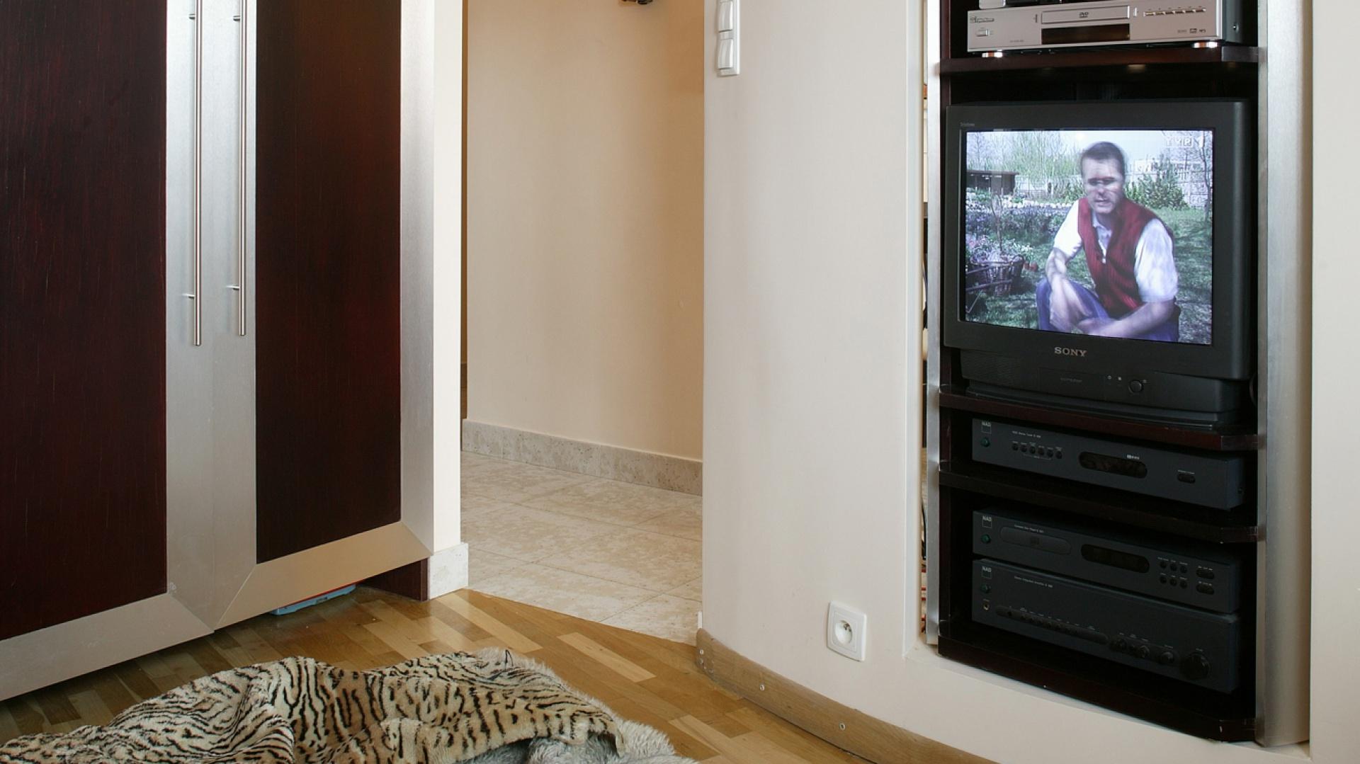 Bardzo ciekawym rozwiązaniem było zamontowanie obrotowej szafki na sprzęt RTV. Pozwala to na oglądanie telewizji tam, gdzie się przebywa. Fot. Marcin Łukaszewicz.