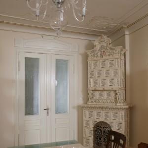 Dostojny, prawie stuletni piec kaflowy to jeden z głównych punktów salonu. Element ten czyni wnętrze jeszcze bardziej przytulnym.