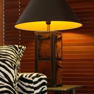Światło oryginalnej lampy wygrywa na drewnianych żaluzjach rytmy czarnego lądu i zaprasza do błogiego lenistwa w cieniu ostrego, afrykańskiego słońca. Fot. Tomasz Markowski.