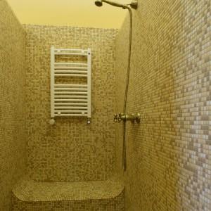 Wnętrze kabiny prysznicowej w całości pokryte jest szklaną mozaiką. Podczas natrysku można spocząć na wymodelowanym obszernym siedzisku. Fot. Monika Filipiuk.