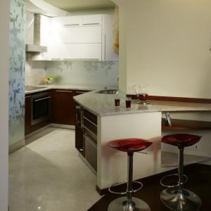 Wystarczy ustawić hokery przy przedłużeniu kuchennego blatu roboczego, żeby - już za załomem ściany -  powstał wygodny minibar.
