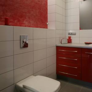 Nisza nad sedesem została wykończona dekoracyjnym tynkiem i pomalowana na kolor czerwony, harmonizujący z tonacją łazienkowych mebli. Fot. Monika Filipiuk.
