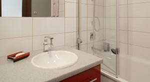 Od czego zacząć urządzanie łazienki, gdy na 100% wiadomo, że potrzeby jej użytkowników będą się zmieniały?... Od znalezienia wspólnego mianownika, jak wyposażenie typu 2w1 plus ponadczasowy styl, który w razie czego dobrze zniesie korektę.