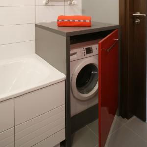 Obudowa pralki – wpasowana między ścianą i wanną -  to jednocześnie wygodna półka na drobiazgi. Wykonana została z płyty meblowej odpornej na wilgoć. Fot. Monika Filipiuk.