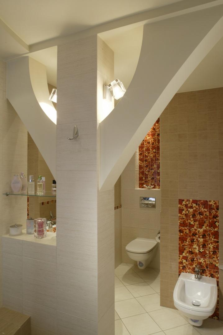 Podtrzymujący strop filar, po odpowiednim rozbudowaniu, stał się istotnym elementem aranżacji łazienki -  zarówno funkcjonalnym, organizującym przestrzeń, jak i estetycznym. Fot. Monika Filipiuk.