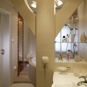 Wąska i dość długa łazienka podzielona została na  dwie strefy – kąpielową i higieniczną. Przy dobudowanej ściance obok filara zamontowano narożny model umywalki. Fot. Monika Filipiuk.