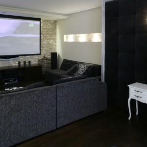 Stonowany kolorystycznie salon to przestrzeń, do której, dla ożywienia, można wprowadzić praktycznie każdą barwę. Fot. Monika Filipiuk.