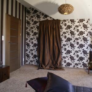 Zastosowane tkaniny i tapety (Finezja) nadają sypialni buduarowy charakter. Tapety mają odmienne wzory, ale łączy je taka sama, biało - brązowa kolorystyka i zamszowa faktura. Fot. Monika Filipiuk.