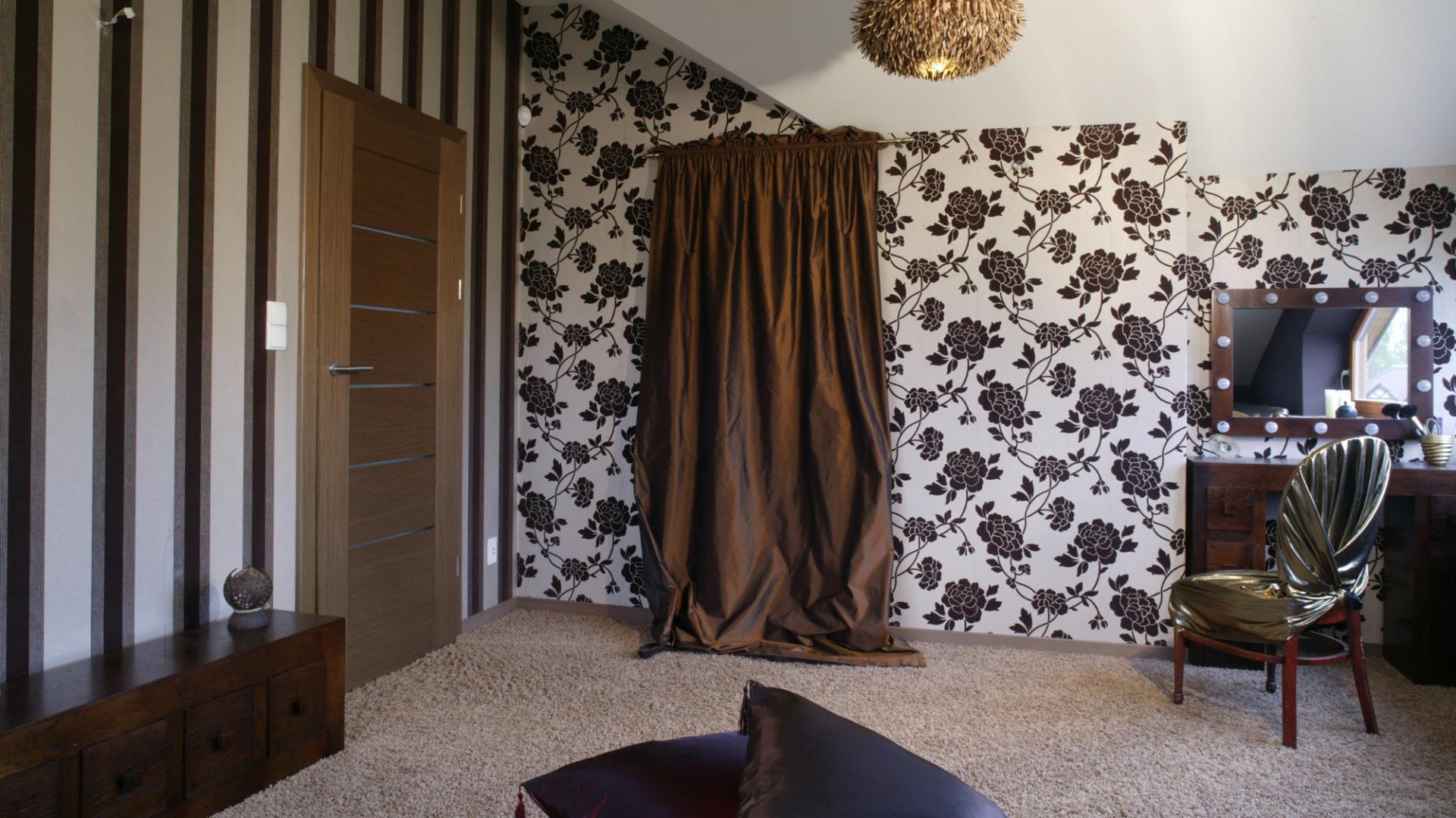 Nieco buduarowy charakter sypialni to m.in. zasługa zastosowanych tkanin i tapet (Finezja). Ściany ciekawie ze sobą kontrastują (każda ma odmienny wzór) i harmonizują zarazem. Fot. Monika Filipiuk.