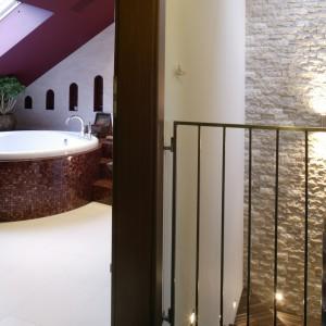 Łazienka znajduje się tuż przy sypialni państwa domu, wchodzi się do niej jednak bezpośrednio z korytarza. Fot. Monika Filipiuk.