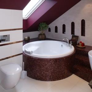 Okrągła wanna w mozaikowej obudowie to niezaprzeczalna królowa tej łazienki. Wyprofilowane wnętrze i zagłówek zapewniają maksimum komfortu podczas kąpieli. Fot. Monika Filipiuk.