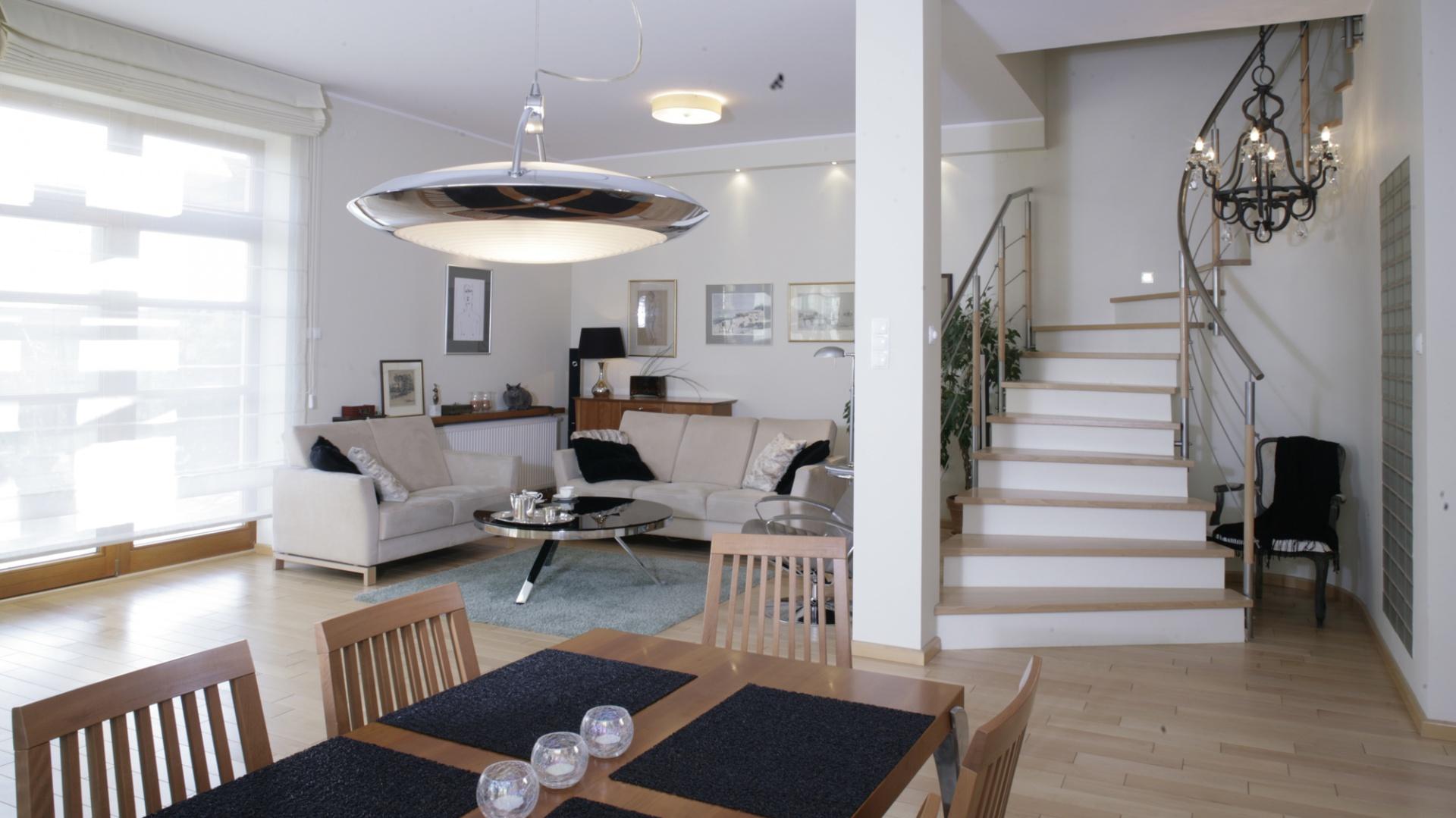 Barwa stylizowanego żyrandola (marka), który oświetla korytarz, nawiązuje do barwy stolika kawowego w części wypoczynkowej. Ciemne elementy kontrastują z wszechobecną we wnętrzu jasnością, dodając mu charakteru. Fot. Monika Filipiuk.
