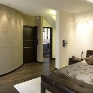 """Łukowata ściana w sypialni (jedyny """"miękki"""", zaokrąglony element we wnętrzu) została pokryta dekoracyjnym tynkiem imitującym trawertyn. Fot. Monika Filipiuk."""