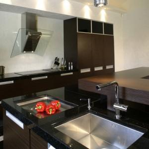 Kuchnia, podobnie jak inne wnętrza w tym domu, urządzona jest luksusowo. Fot. Monika Filipiuk.