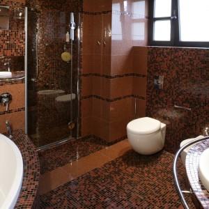 Wnętrze kabiny prysznicowej w całości pokrywa mozaika. Brak brodzika, zainstalowany podtynkowo panel i efemeryczne, szklane drzwi sprawiają, że prysznic jest niemal niewidoczny. Fot. Monika Filipiuk.
