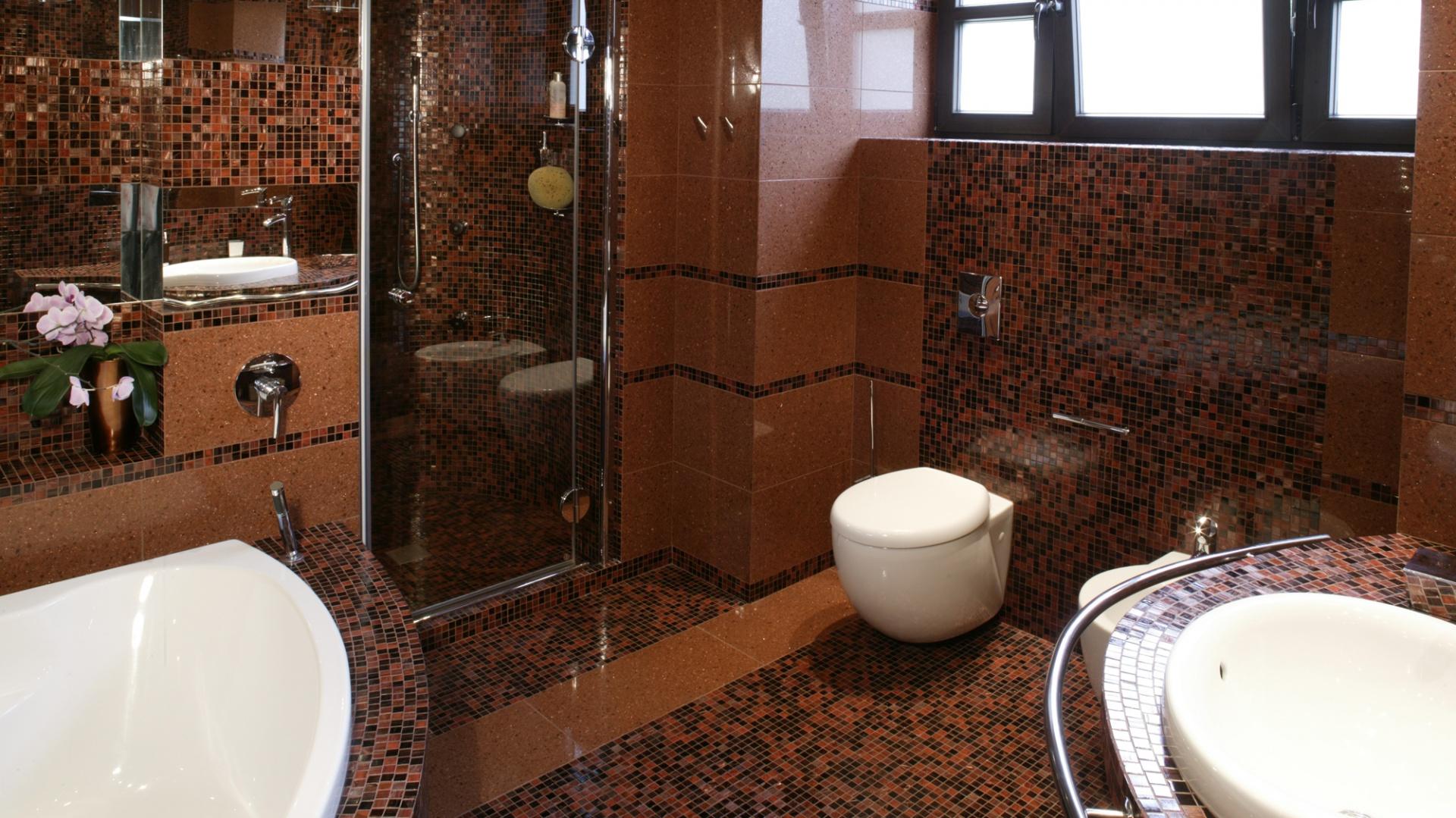 W zdominowanej miękkimi liniami łazience obły kształt ma także sedes. Fot. Monika Filipiuk.