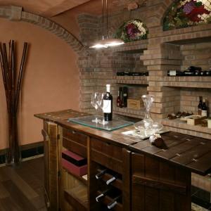 Wykonany z drewna olejowanego barek z półeczkami na butelki i kieliszki na wino stanowi doskonałe miejsce do degustacji szlachetnego trunku. Fot. Monika Filipiuk.